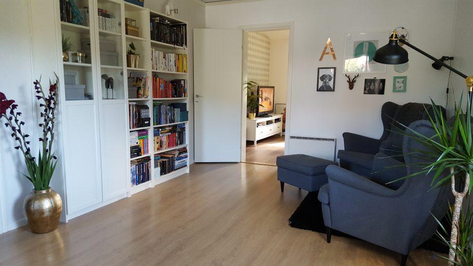 Självklart återfinns en välfylld bokhylla framför läsfåtöljerna.